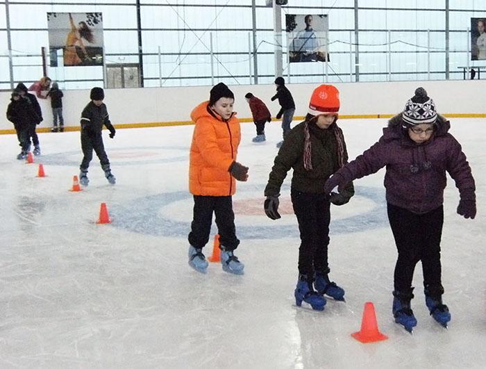 basischoolleerlingen op schaatsen